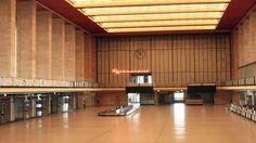 Die Leuchtreklame des Restaurants in der Abfertigungshalle des ehemaligen Flughafens Tempelhof leuchtet am 31.07.2015, trotz leerer Halle. (Quelle: rbb/Dietmar Ringel)