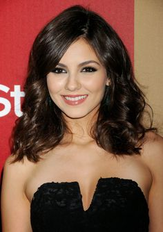 Latina actresses share their best beauty tips for Latina skin and preventing hyperpigmentation (Page of results Victoria Justice Fotos, Victoria Justice Hair, Best Beauty Tips, Beauty Secrets, Beauty Hacks, Bridal Makeup Looks, Bridal Beauty, Dark Hair, Brown Hair