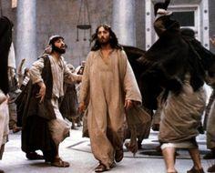 """""""Yahudiler'in Fısıh Bayramı yakındı. İsa da Yeruşalim'e gitti. Tapınağın avlusunda sığır, koyun ve güvercin satanları, orada oturmuş para bozanları gördü. İpten bir kamçı yaparak hepsini koyunlar ve sığırlarla birlikte tapınaktan kovdu, para bozanların paralarını döküp masalarını devirdi."""