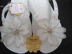 chinelo bordado na havaiana top branca com trabalho em miçangas brancas e transparentes