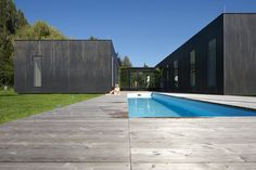 Typical Farmhouse Design in Zellerndor by Franz August firm Franz Architekten designed this project, a family house that is composed of three independent components m. Swimming Pool Designs, Swimming Pools, Residential Architecture, Modern Architecture, Web Design, 233, Prefabricated Houses, Farmhouse Design, Beautiful Buildings