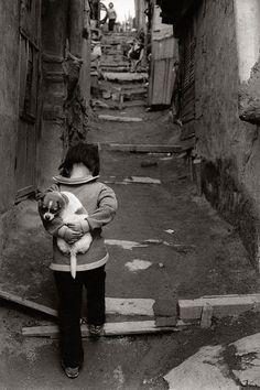 Né en 1938 à Séoul, Kim Ki-Chan (김기찬) est un photographe coréen spécialisé dans les scènes de rue en noir et blanc. Après des étude d'art visuel et d'art dramatique, il commence à travailler en tant que cameraman pour la télévision (TBC puis KBS). En 1966, il débute sa carrière de photographe en capturant la vie quotidienne des gens ordinaires, avec une préférence pour les laissés pour compte de la société d'après guerre (la Corée se reconstruit après la guerre contre les Etats-Unis). A…