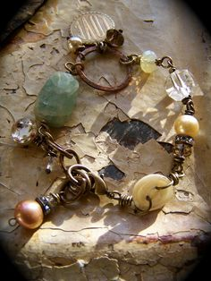 Übrig gebliebene und ungewöhnliche Steine, Perlen und Ringe (!) zu einem Armband verarbeiten :)