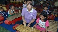 "Kampus Wetan (Kampong Seni Kuwung Wetan) adalah penyebutan untuk 3 desa, yaitu Desa Rejoagung dan Desa Wonosobo di Kecamatan Srono dan Desa Aliyan di kecamatan Rogojampi. Kuwung Wetan artinya ""pelangi dari timur"", artinya desa-desa ini adalah potensi seni budaya yang indah dan beraneka warna, yang berasal dari ujung paling timur Pulau Jawa. Ketiga desa ini bersebelahan dan saling berhubungan erat dalam sebuah rangkaian ""ekosistem"" kesenian tradisional Banyuwangi Tours"
