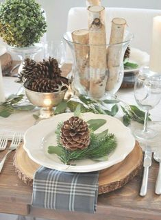 Puristic table decorations in winter - 70 stylish decorating ideas Puristische Tischdeko im Winter – 70 stilvolle Dekoideen, die jedem gelingen puristic table decoration winter with cones and wood - Christmas Table Settings, Christmas Tablescapes, Christmas Table Decorations, Holiday Tables, Decoration Table, Winter Decorations, Christmas Candles, Holiday Dinner, Natural Christmas