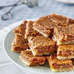En enkel kakbotten är allt som behövs när man toppar den med syndigt god dulce de leche, gräddkola och kokos.