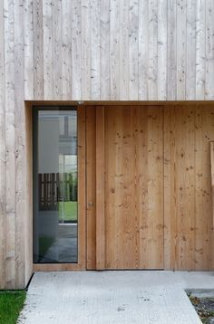 Contrastes de maderas en fachada. House A / Bernd Zimmermann Architekten