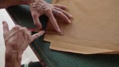 """Aula de como fazer """"Ponto Ajour"""" / """"Bainha à Ouro"""". Em Espanhol é conhecido como """"Vainica Simple"""" Mais informações de como desfiar o tecido para executar ess..."""