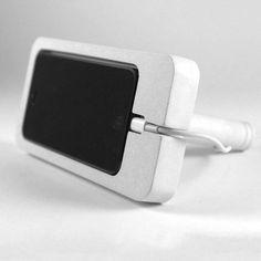 Diese Dockingsstation für das iPhone 5 kann vertikal oder horizontal stehen und wird aus einer patentierten Mischung aus Zement und Recyclinggesteinsmehl hergestellt. Hier entdecken und kaufen: http://sturbock.me/KYu