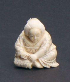 ♥ An ivory netsuke figure of a woman sitting. Signed. Height 4 cm