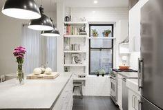Cocina blanca con electrodomésticos de acero / El notable antes y después de 5 cocinas (IV) #hogarhabitissimo #industrial