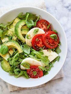 Ingredientes: 2 tazas de rúcula fresca 1/2 aguacate picado 3 rebanadas de queso mozzarella fresco hojas de albahaca fre...