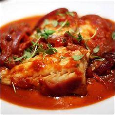 Μπακαλιάρος με κόκκινη σάλτσα 'αλα Ναπολιτάνα'. Μια πολύ εύκολη συνταγή για ένα πολύ πολύ νόστιμο πιάτο τον οποίο σίγουρα θα απολαύσετε.