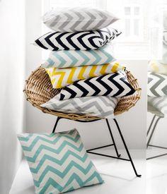 Coussins bicolores avec imprimés graphiques. - Cushions bicolor with graphic prints.