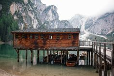 Definitely the highlight of our road trip: the breathtaking Lago di Braies in south tyrol italy. South Tyrol, Road Trip, Italy, Cabin, Mountains, House Styles, Nature, Travel, Voyage