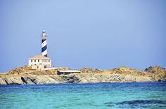 10. Faro de Favàritx, Menorca, España  La pequeña isla de Menorca tiene un total de 7 faros, de los cuales quizás el más bonito sea el Far de Favàritx, al noreste. Tiene 21 metros de altura y es inconfundible con sus rayas blancas y negras.