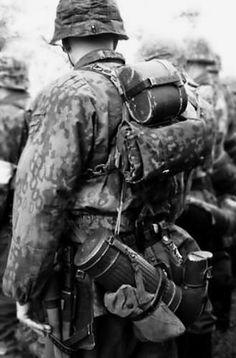 A waffen-ss soldier in full equipment Ww2 History, World History, World War Ii, German Soldiers Ww2, German Army, Military Art, Military History, Germany Ww2, German Uniforms