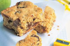 Choc chip and oat slice - This quick and easy slice is a great addition to the lunchboxes of kids and adults alike! Oat Slice, Coconut Slice, Cheesecake Toppings, Cheesecake Bites, No Bake Slices, Cake Slices, Peppermint Slice, Chocolate Slice, Chocolate Chips