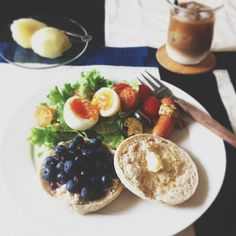 今日の朝ごはん。  Eマフィンに、フルーツクリチを塗って長野産ブルーベリーをたっぷり乗せたら、ブルーベリーソースをたらり♡  久々にちゃんと平日朝ごはん食べた気が♪ - @zizimoko- #webstagram