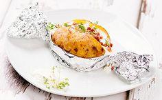 Die Folienkartoffel gefüllt mit deftigen Schinkenwürfeln, saftigen Tomaten und Delikatess-Mayonnaise ist einfach verführerisch lecker!