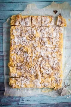 Vaniljrutor i långpanna- veckans FREDAGSFIKA Swedish Recipes, Sweet Recipes, Bagan, Grandma Cookies, A Food, Food And Drink, Cookie Cake Pie, Cookie Box, Chocolate Sweets
