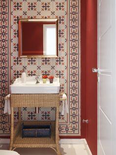 Ladrilhos hidráulicos, uma paixão. Veja mais: http://www.casadevalentina.com.br/blog/materia/ladrilhos-hidr-ulicos-uma-paix-o.html #decor #decoracao #interior #design #home #casa #ladrilho #bathroom #banheiro #casadevalentina