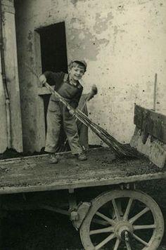 Arturo Rossi, figlio di Bernardo, a cinque anni gioca su un carro di vinacce. 1956, Archivio famiglia Rossi.   #TuscanyAgriturismoGiratola