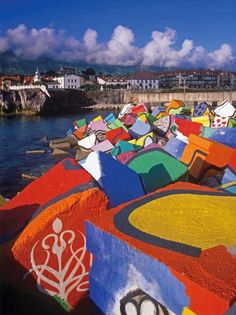 Los Cubos de la Memoria, Llanes. Asturias. Obra del famoso artista vasco Agustín Ibarrola #turismorural #llanes #hotelelotero