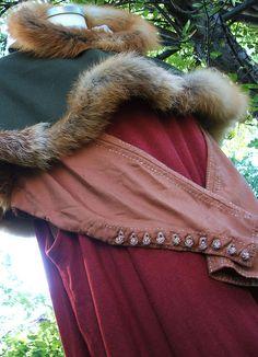 Beautiful fur-trimmed lirapipe hood, via Vrangante Brun.