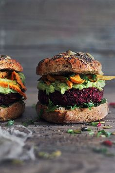 The Ultimate Veggie Burger {Quinoa Beet crispy on the outside, succulent and smoky-flavored on the inside, combined with delicious avocado-tahini sauce and baked sweet potato fries – this recipe has everything you would expect from a burger. Vegan Diner, Menu Vegan, Beet Burger, Quinoa Burgers, Veggie Burgers, Beet Recipes, Healthy Recipes, Hamburger Vegetarien, Crispy Oven Fried Chicken