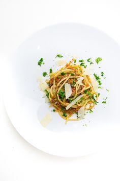 Spaghetti Bolognese gehört wahrscheinlich zu den Gerichten, die sehr oft auf den Esstischen vieler Familien stehen. Die allgegenwärtige Zubereitung mit Hackfleisch und Tomaten aus der Dose hat dabei wenig mit dem Originalrezept zu tun. Beim