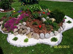 Inexpensive landscaping Ideas and Tips to Improve Your garden Inexpensive Landscaping, Small Backyard Landscaping, Landscaping Ideas, Front Flower Beds, Raised Flower Beds, Small Front Yards, Garden Poles, Rustic Patio, Garden Projects