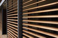 Je bekomt een warm & cosy gevoel door de schuifpanelen te voorzien van houten lamellen.