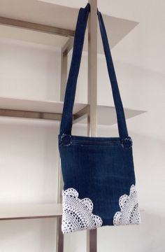 Denim purse, small, with white crocheted corners. Jeans tasje met kanten kleedje in de hoeken.