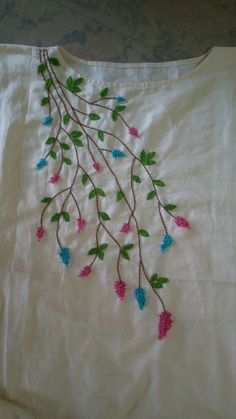 Embroidery On Kurtis, Hand Embroidery Dress, Kurti Embroidery Design, Hand Embroidery Videos, Embroidery Stitches Tutorial, Embroidery Flowers Pattern, Flower Embroidery Designs, Creative Embroidery, Simple Embroidery