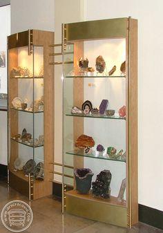 Gabloty na minerały wykonane z dębu, hartowanego szkła, blachy i okuć miedzianych.