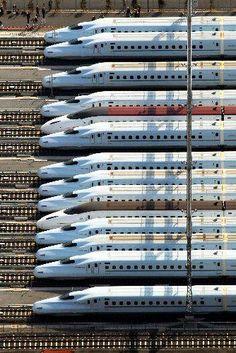新幹線の競争? 一同に会し、用意!ドーン。 どの新幹線が、抜きんでるか、楽しみ!! こんなレースを味わってみたいな。