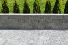 Aaltvedt's Knekt Støttemur med patentert geoloc låsesystem. En veldig fin mur med et eksklusivt uttrykk som minner om naturstein. Bruddflate i front, topphellen har bruddflate på langsiden og er glatt på toppen. For deg som er ute etter det lille ekstra. Blokkene måler 60cmx40cm. Belegningssteinen på bildet er Aaltvedt's Torg gråmix.