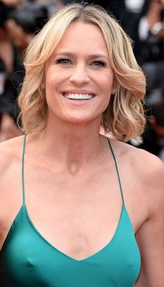 These Hairstyles Will Instantly Make Your Hair Look Fuller Robin Wright flipped hair Easy Hairstyles For Medium Hair, Thin Hair Haircuts, Permed Hairstyles, Medium Hair Styles, Cool Hairstyles, Natural Hair Styles, Curly Hair Styles, Layered Hairstyles, Hairstyle Ideas