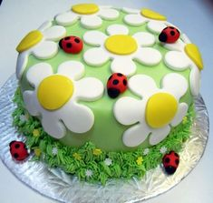 Idee di torte e dolci con fiori per la festa di Primavera. Fiori semplici o colorati in pasta di zucchero con farfalle e coccinelle