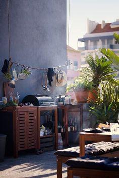Barbecue, dessert et meuble de rangement collection Äpplarö / Klasen. Barbecue au charbon 219 euros. Desserte 77 x 58 cm 109 euros. Meuble de rangement 77 x 88 cm 159 euros.