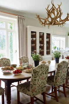 Fiona+'soaked,+stretched,+flattened+and+repinned'+the+buckled+old+dining+table+in+the+kitchen