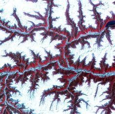 39 – TIERRA 24 - Los elevados picos nevados y las montañas de la cordillera oriental del Himalaya crean un mosaico blanco y rojo entre los ríos más importantes de la zona del sudoeste de china. El Himalaya está compuesto por tres cadenas montañosas juntas que se extienden por más de 2.900 kilómetros.