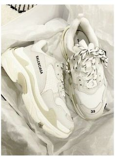 Sneakers Mode, Cute Sneakers, Sneakers Fashion, Girls Sneakers, Jordan Shoes Girls, Girls Shoes, New Balenciaga Sneakers, Chanel Sneakers, Balenciaga Basket