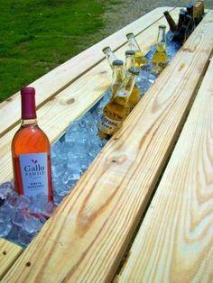 Haal een plank uit je piknik tafel, doe er een stuk regengoot  (plantenbak) in en je hebt de hele zomer koele drankjes.