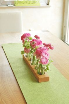 Blumenvase mit Glasflaschen und Holz, Frühling / vase made of glass bottles, home decor made by blumen-wiese via DaWanda.com