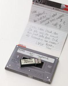 Erinnerungswert - Schenken Sie ganz besonderen Gästen eine wundervolle Erinnerung an Ihre Hochzeit, indem Sie die besten Lieder der Partynacht gemeinsam mit den schönsten Fotos auf einen USB-Stick spielen. Wir fanden zu diesem Konzept den Retro-Musikkassette-Karton mit USB-Stick – einfach perfekt passend.
