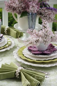 Mothers day table setting with my mums favourite purple, lightened by the white and green Dresser La Table, Beautiful Table Settings, Deco Table, Decoration Table, Table Centerpieces, Wedding Centerpieces, Place Settings, Tablescapes, Floral Arrangements
