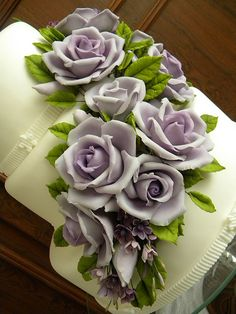 wedding cake purple roses cake Such charmingly wonderful Pink Bloom Cupcakes.