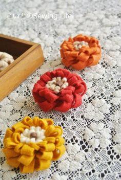 「フェルトのお花」のバリエーションを増やそう♪(作り方あり) | こいとの Handmade Life Easy Diy Crafts, Crafts To Do, Felt Crafts, Felt Flowers Patterns, Fabric Flowers, Pom Pom Crafts, Flower Crafts, Felted Wool Crafts, Baby Hair Accessories